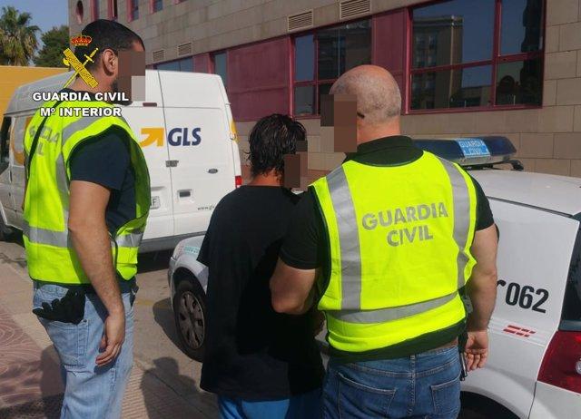 El detenido junto a los agentes