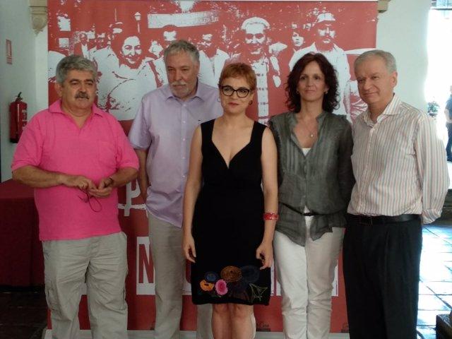 Ruz (centro), con los responsables del documental