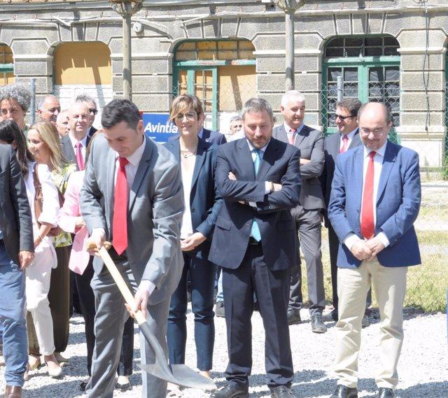 El alcalde de Canfranc coloca la primera piedra de la nueva Estación