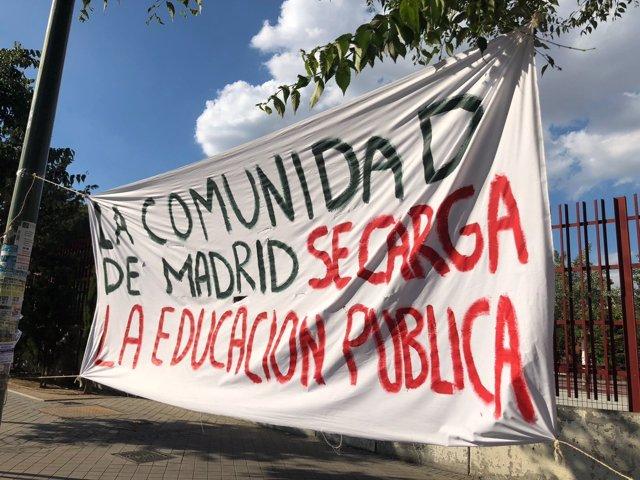 Pancarta contra la supresión de una aula en el CEIP República de Uruguay