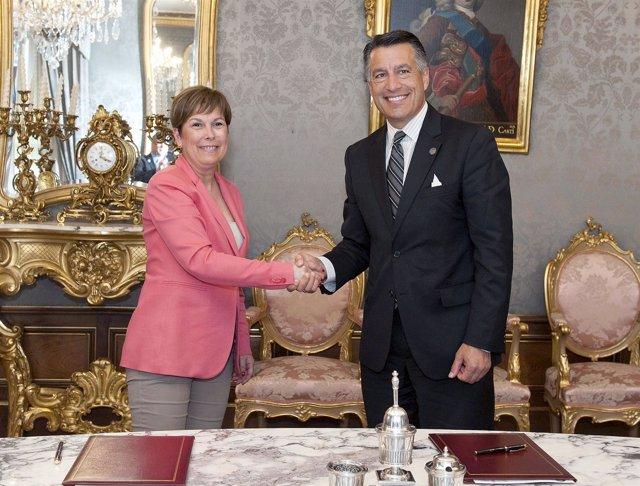 Arkos y el gobernador de Nevada tras la firma del acuerdo