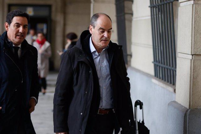 El ex director general de Trabajo Juan Márquez, junto a su abogado