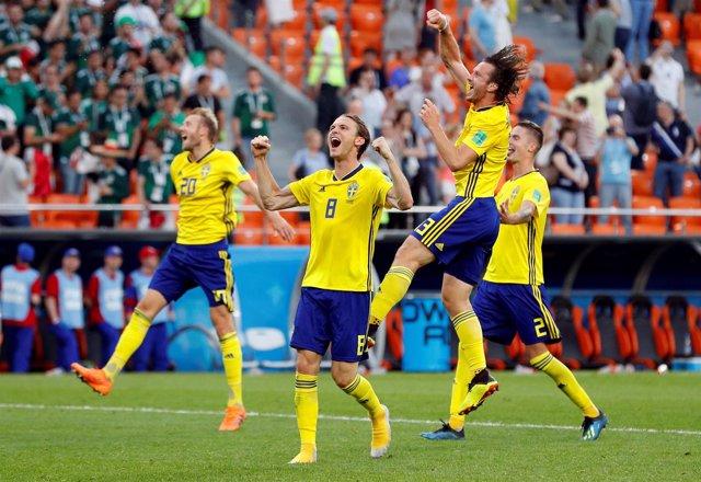 Los jugadores suecos celebran su pase a octavos en el Mundial de Rusia