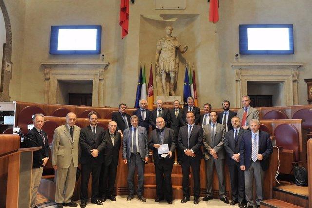 Muñoz Conde (en el centro) sostiene su premio.
