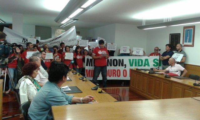 Protesta contra la explotación minera en el pleno municipal de O Pino (A Coruña)
