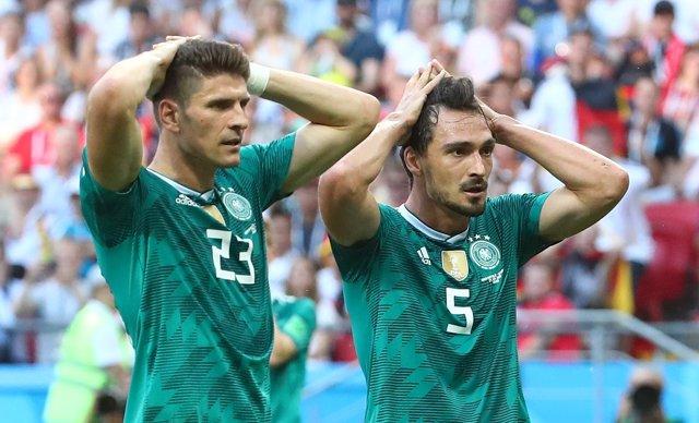 Mats Hummels y Mario Gómez tras la eliminación de selecció alemana en el Mundial
