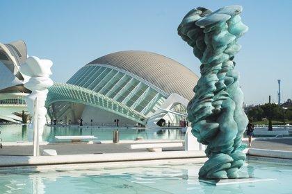 Seis grandes esculturas de Tony Cragg desafían al agua y a la gravedad en la Ciudad de las Artes