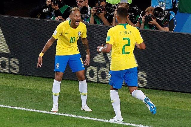 Neymar y Thiago Silva celebran un gol en el Mundial de Rusia