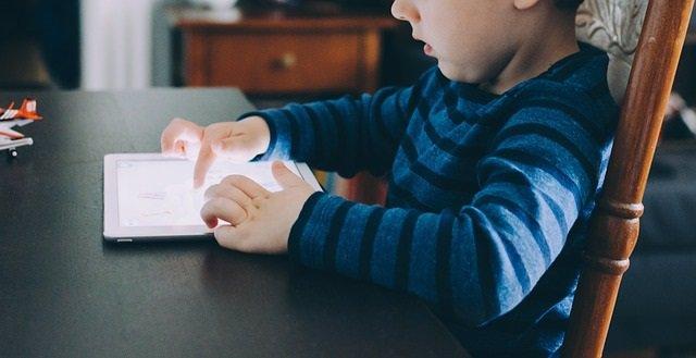 Bebé, niño, tablet, pantalla