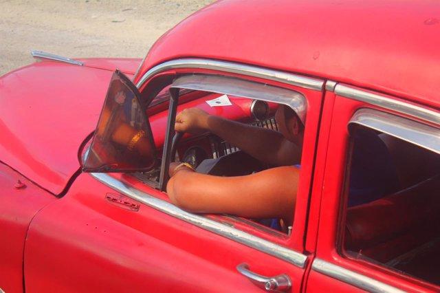 Conducir con el brazo izquierdo fuera puede ocasionar amputación o aplastamiento