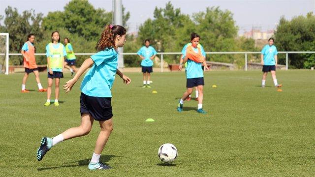 Clase práctica durante el 'I Clinic de Fútbol Femenino'