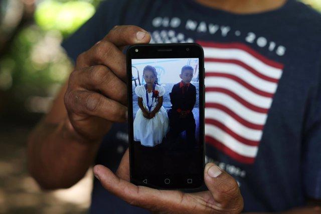 Guido Portillo mostrando una fotografía de su hija Meybelin