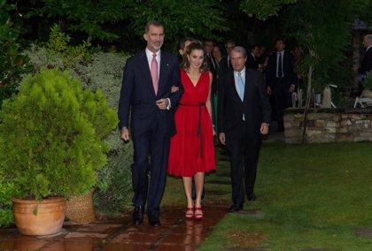 La Reina Letizia apuesta todo al rojo de Carolina Herrera