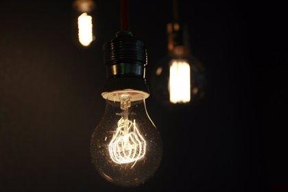 El recibo de la luz sube en junio casi un 2% y encadena su cuarto mes al alza