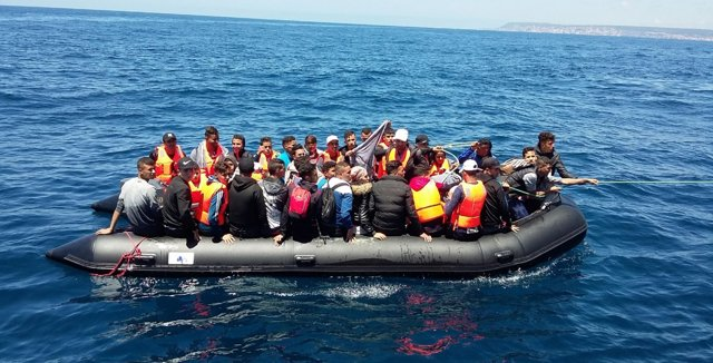 Patera con 47 migrantes magrebíes en el Estrecho