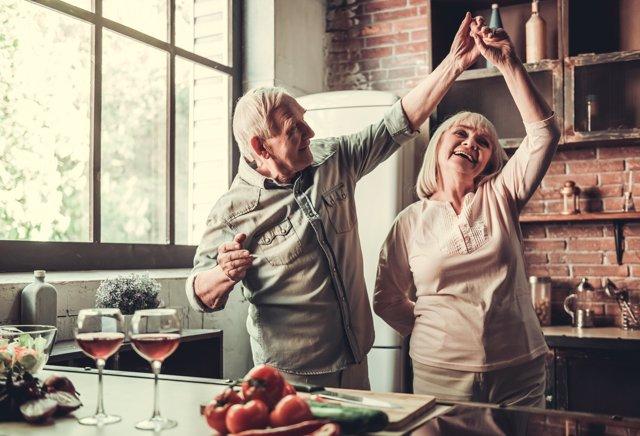 Pareja mayores bailando, felices