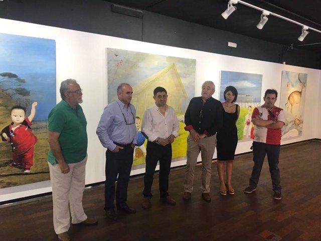 Visita de Francisco Reyes a la exposición 'Un cuento chino'