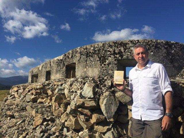 Carlos de Miguel posa con un ejemplar del libro