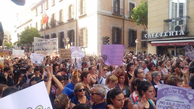 Manifestación contra la libertad de 'La Manada' en el Ministerio de Justicia