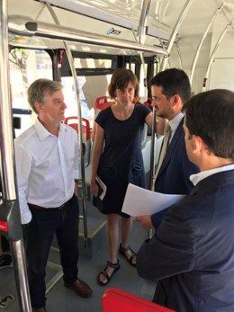 El alcalde en un autobús eléctrico Vectia en pruebas