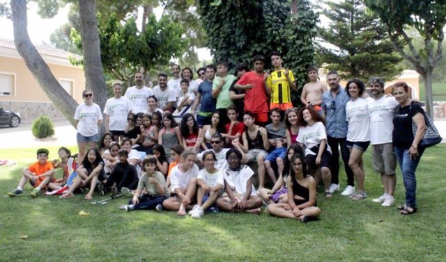: Foto De Familia Con Los Niños Del Campamento, La Presidenta De La S.E.N.
