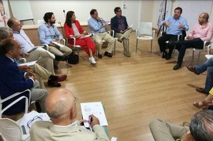 """Fernández Vara plantea a los colegios profesionales abrir """"nuevas vías de colaboración"""" con la Administración"""