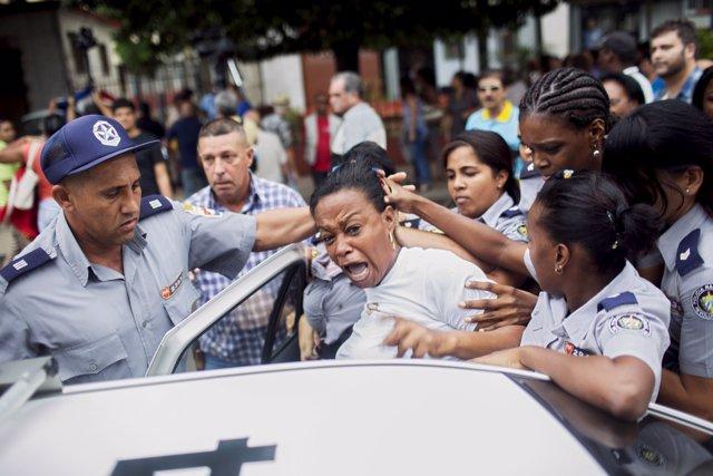 La policía cubana detiene a una de las componentes del grupo Damas de Blanco