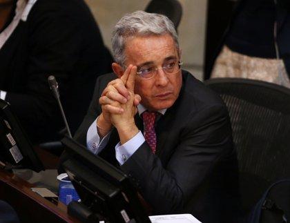 El expresidente colombiano Álvaro Uribe se fractura una costilla tras caerse de un caballo