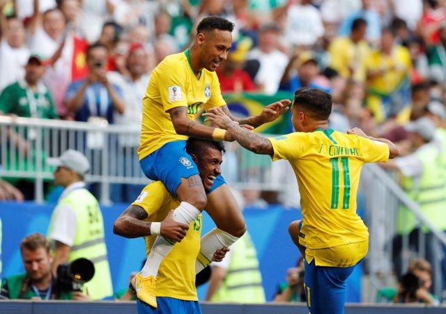 Neymar, Coutinho y Paulinho celebran el gol de Brasil