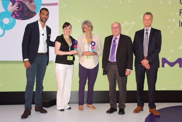 Ganadoras de Merck recogiendo su premio
