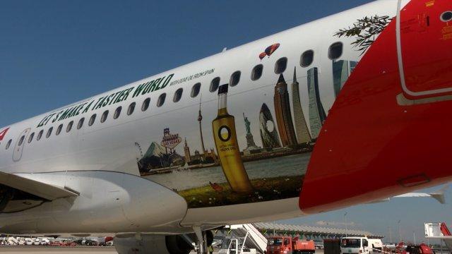 Avión de Iberia vinilado para la campaña 'Olive Oil World Tour'