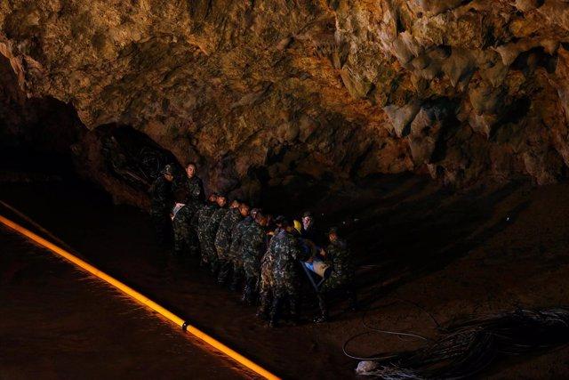 Los equipos de rescate en la cueva de Tham Luang