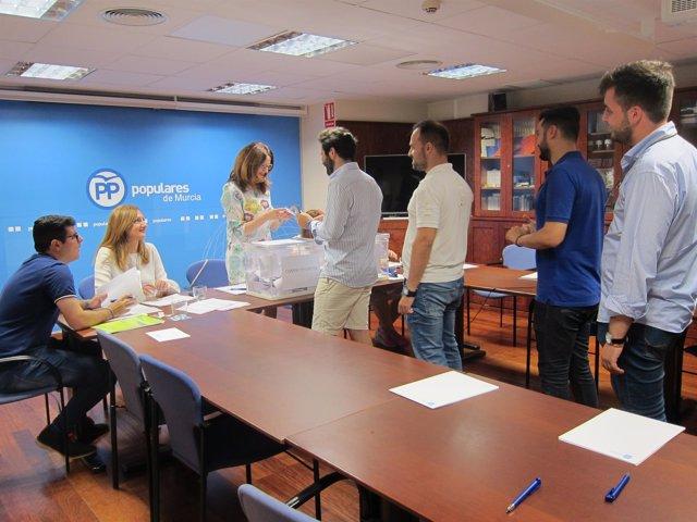 Imagen de una cola de afiliados para votar en las primarias del PP en Murcia