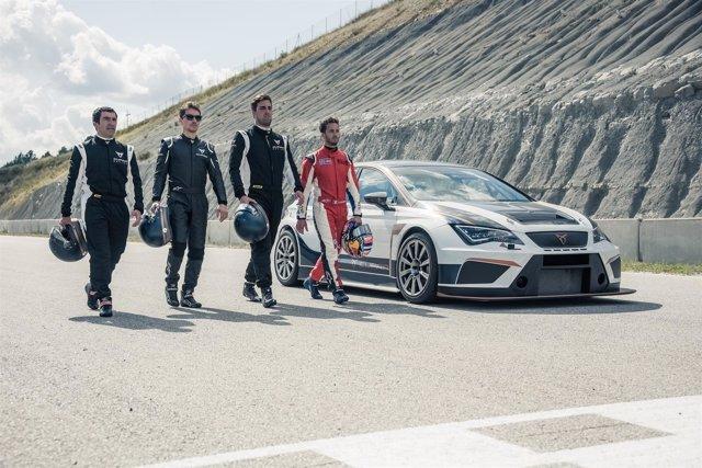 Andrea Dovizioso y Jorge Lorenzo prueban el SEAT CUPRA