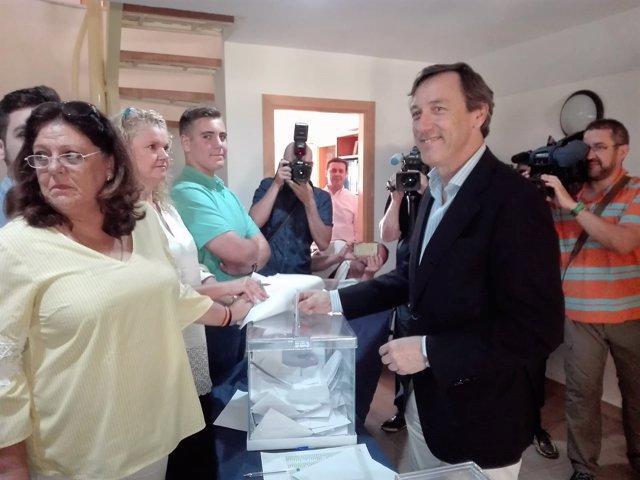 Rafael Hernando vota en las primarias del PP