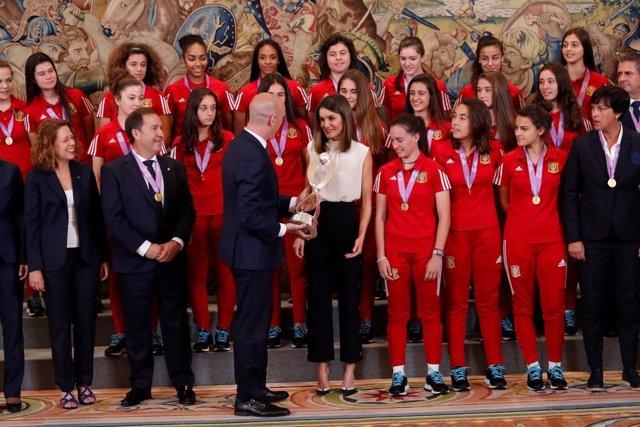 Rubiales muestra a Doña Letizia el trofeo de campeonas de Europa de la Sub17