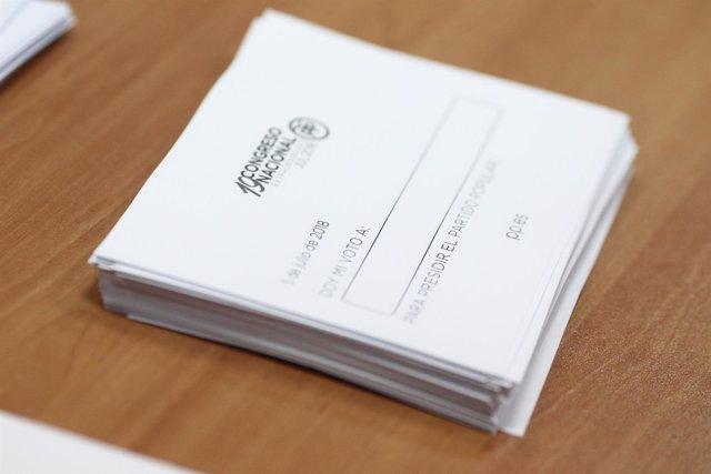 Imagen de papeletas para votar en las elecciones primarias del PP