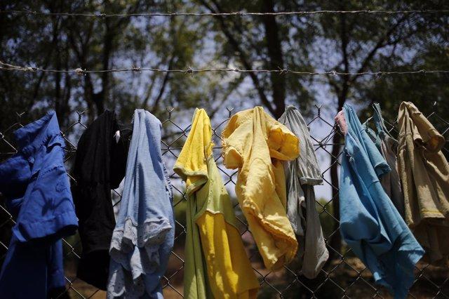 Ropa de migrantes colgada en una valla