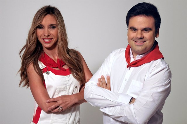 Los periodistas Amaia Madinabeitia y Alberto Guzmán.