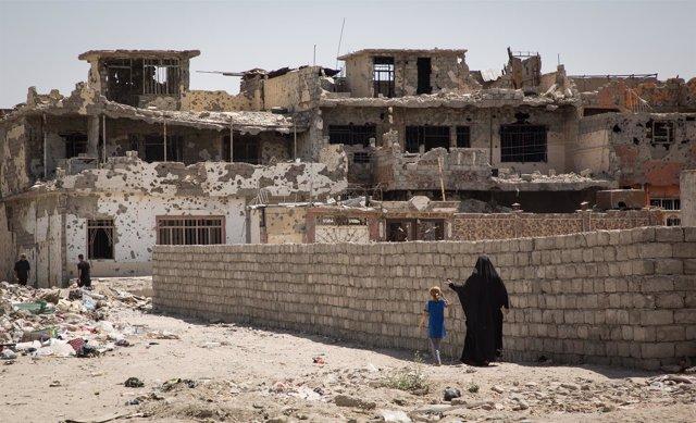 Una mujer y una niña pasean por la parte occidental de Mosul