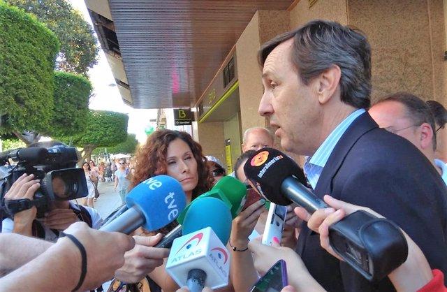 Rafael Hernando atiende a los medios en Almería