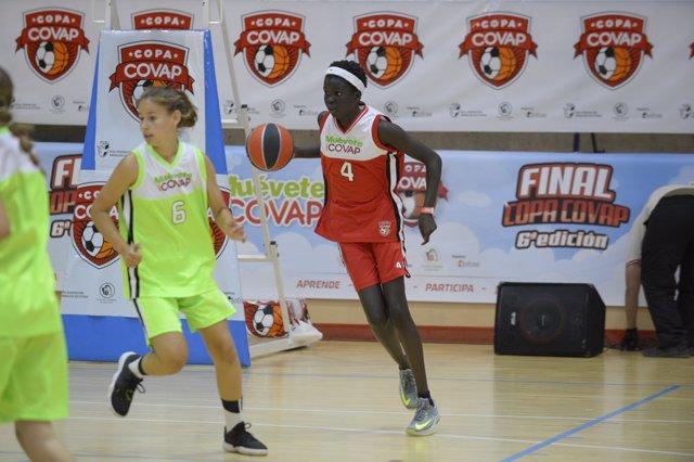 Niñas practicando deporte, baloncesto