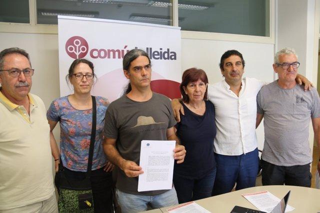 El concejal de El Comú de Lleida, con miembros de la agrupación de electores