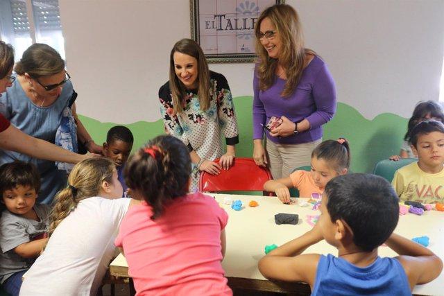 Ruiz (izda.) y Luna visitan una escuela de verano