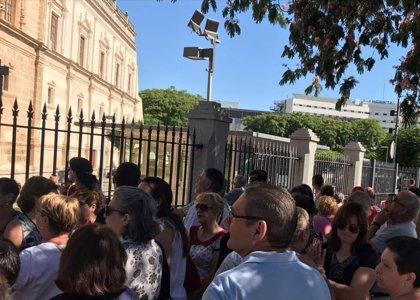 """Unos 150 afectados por cierre de iDental en Sevilla """"presionan"""" a las administraciones concentrándose ante el Parlamento"""