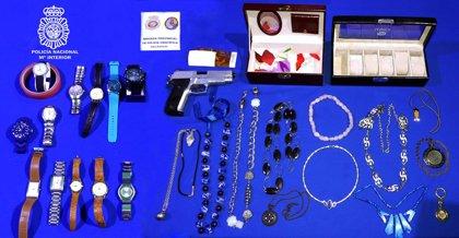 Detenido un hombre que portaba una bolsa con joyas sin acreditar su origen