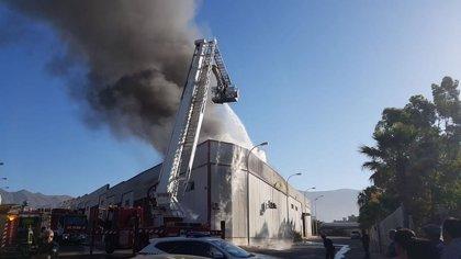 Un incendio en una nave de frutas de Adra (Almería) acaba con varios vehículos