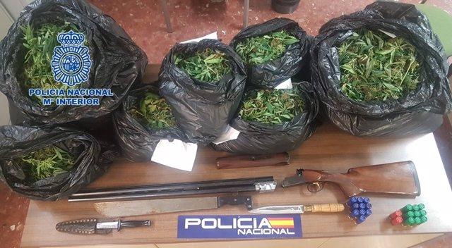 Marihuana y escopeta aprehendida por la Policía