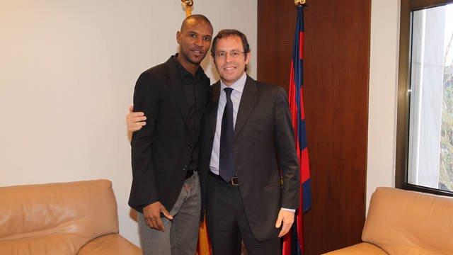 Éric Abidal Con El Presidente Del FC Barcelona, Sandro Rosell