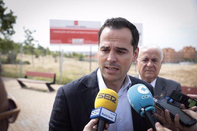Ignacio Aguado durante su vista al nuevo centro de salud de Arroyomolinos